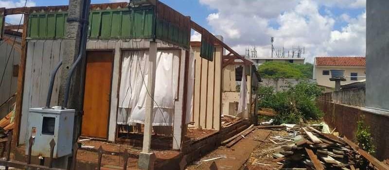 Moradora flagra ladrões desmanchando casa de peroba em Maringá