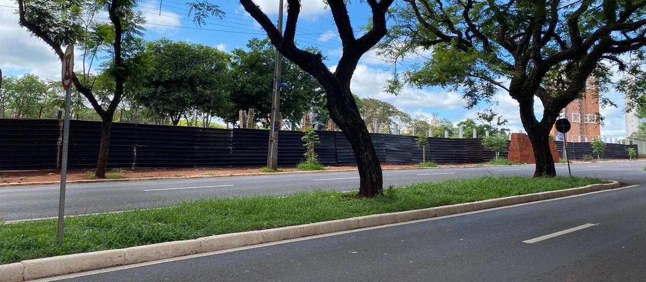 Secretaria de Obras reforma muro do cemitério de Maringá