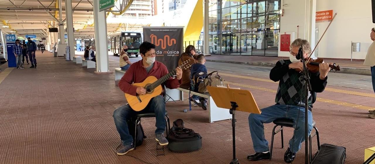 Apresentação de músicos no Terminal Urbano alegra passageiros e funcionários