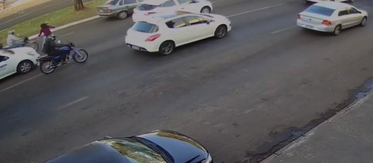 Vendedora de balas é atropelada por moto na Avenida Colombo