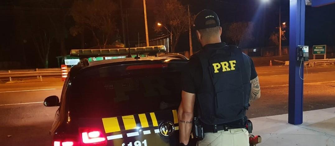 Motorista embriagado força mulher a entrar em carro e é preso pela PRF