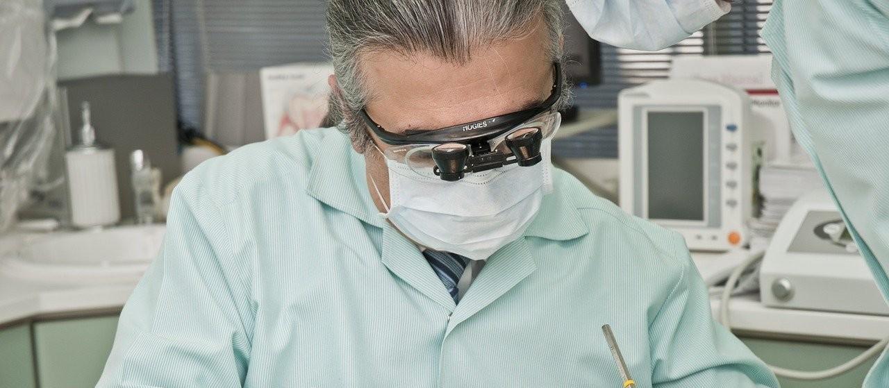 Falta de dentes na boca pode provocar até dor na coluna