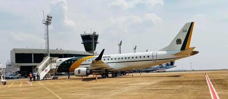 Avião da FAB com equipe de Bolsonaro pousa em Maringá