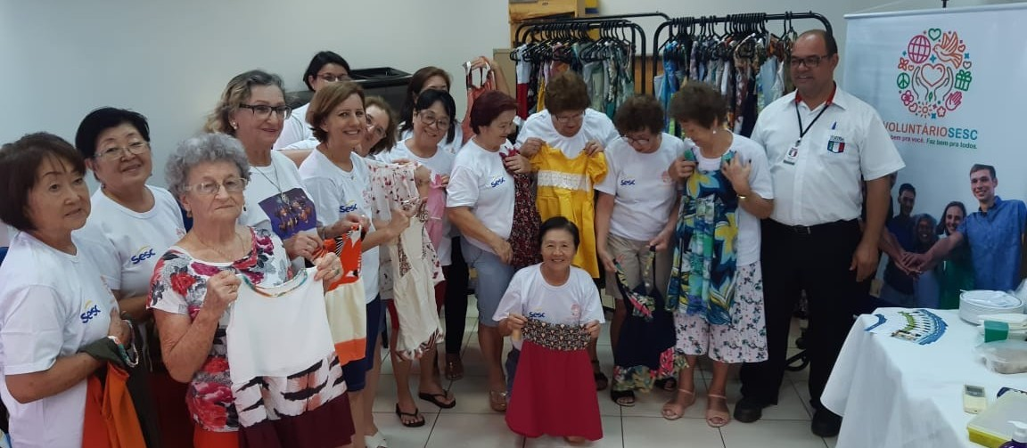 Voluntárias do Sesc de Maringá confeccionam e doam jalecos e máscaras