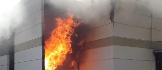 """""""O prejuízo é imensurável"""", desabafa dono de shopping destruído pelo fogo em Maringá"""