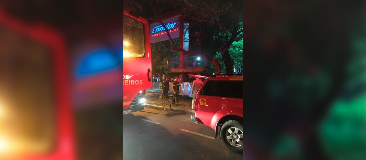 Incêndio destrói carrinho de cachorro-quente da Avenida Paraná, em Maringá