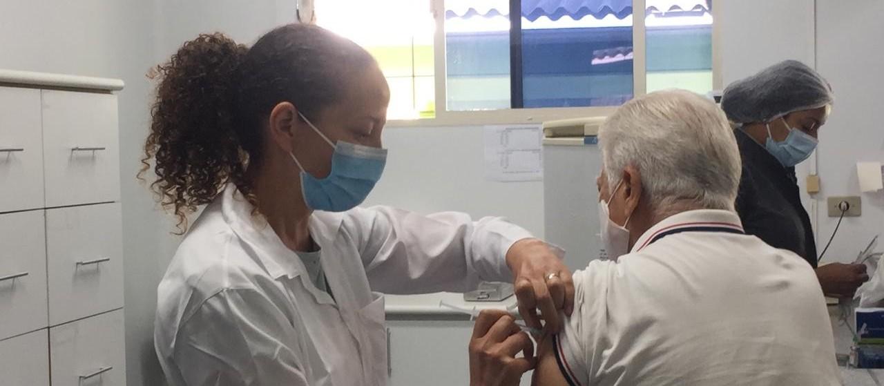 Idosos da população em geral com 90 anos ou mais começam a ser vacinados contra Covid-19 em Maringá