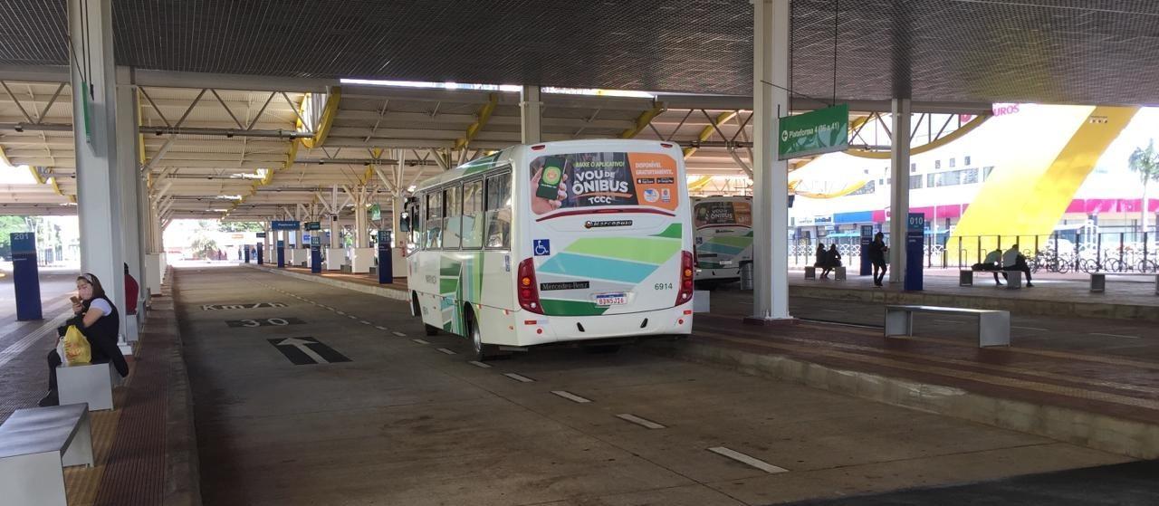 Apesar do apelo para o bom senso, muitos idosos estão andando de ônibus neste sábado (11)