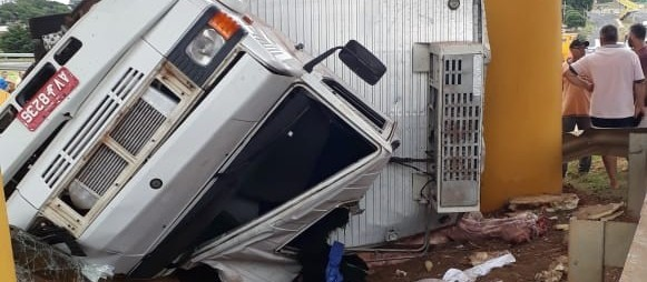 Dois caminhões tombam no trevo de Mandaguaçu