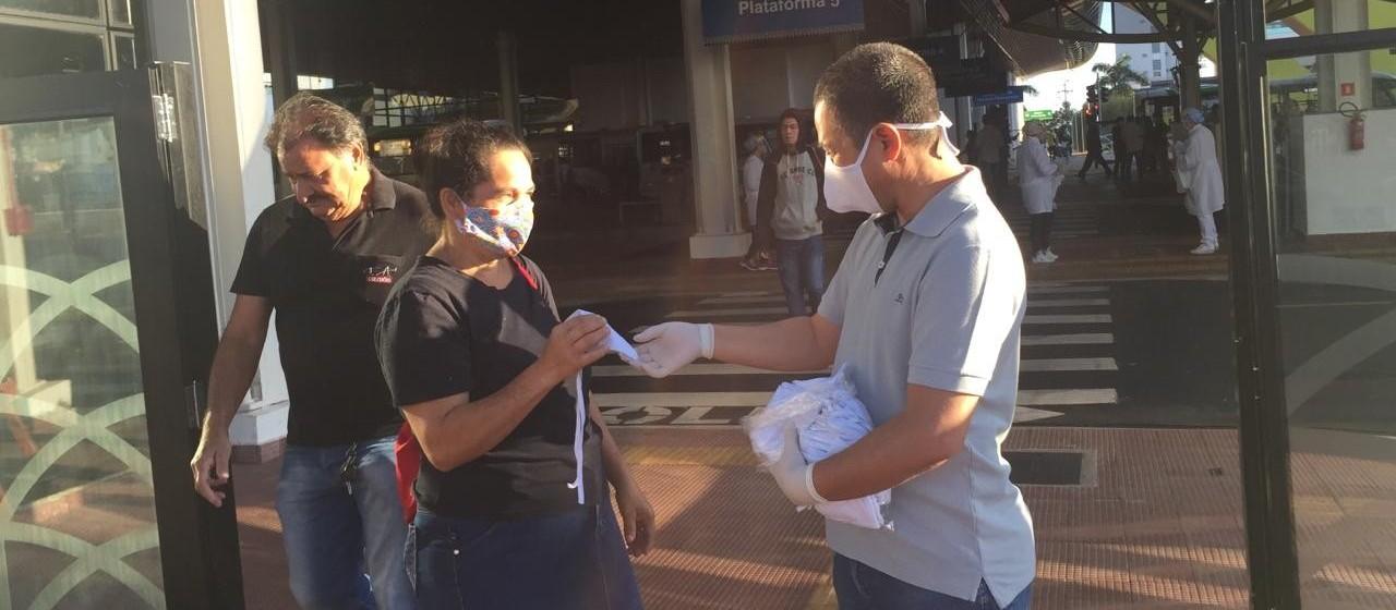 20 mil máscaras estão sendo distribuídas no terminal urbano de Maringá