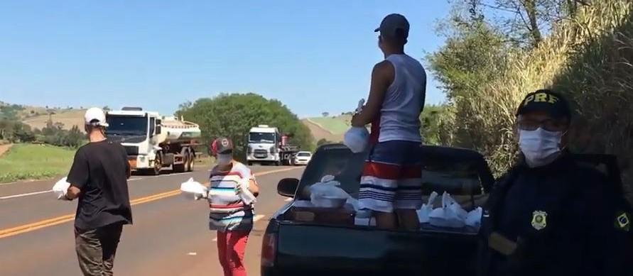 PRF auxilia em trabalho solidário destinado a caminhoneiros