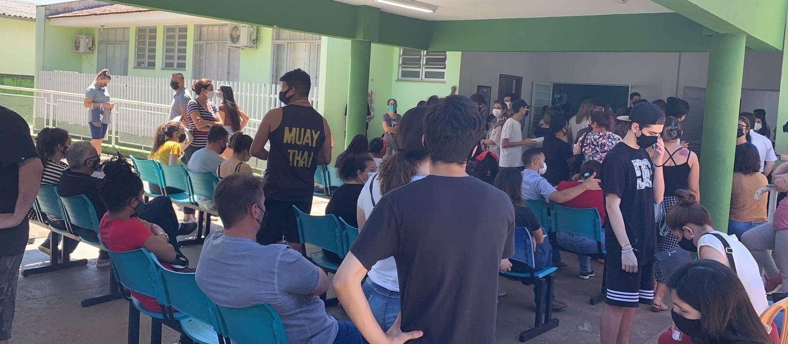 Maringá começa a vacinar adolescentes de 16 anos com filas e reclamação