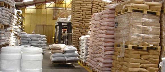Com insumos comprados, produtores retiram o material para plantio de soja e milho