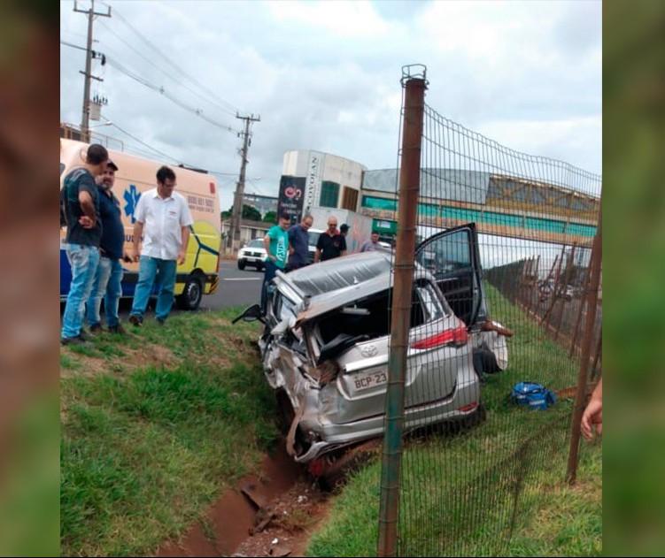 Motorista perde o controle e bate caminhonete na PR-317, em Maringá