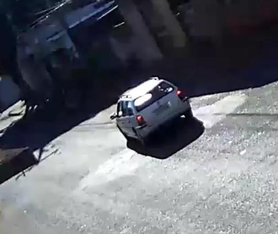Motorista atropela criança de 3 anos em carrinho de bebê e foge