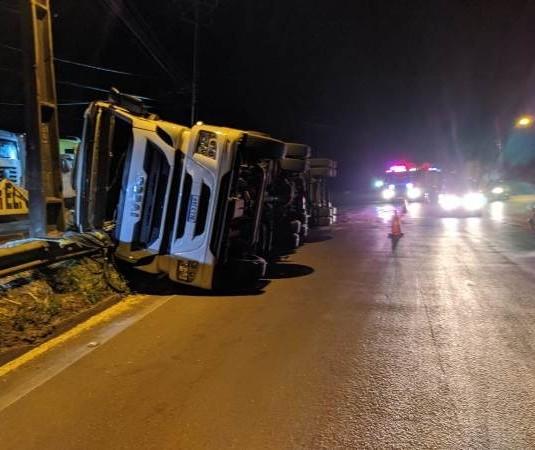 Caminhão carregado com 38 mil litros de leite tomba na rotatória do Shopping Catuaí