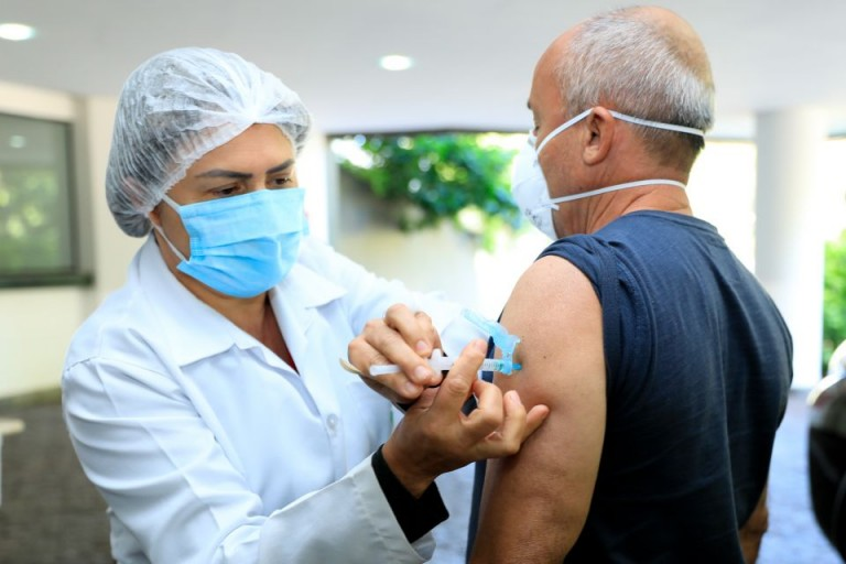 Vacinação deve acelerar aplicação da segunda dose