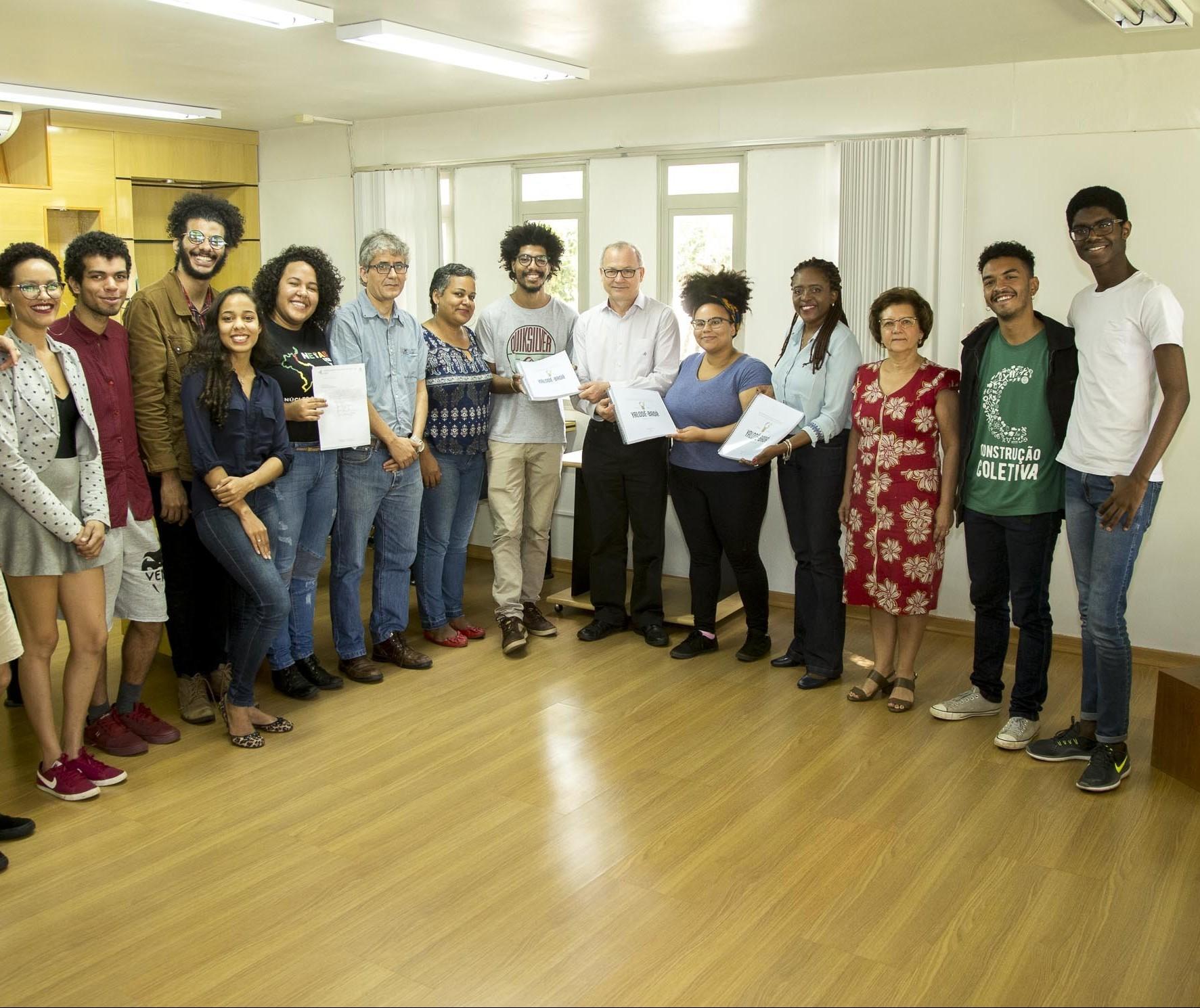 Movimento negro entrega documento pedindo cotas raciais na UEM