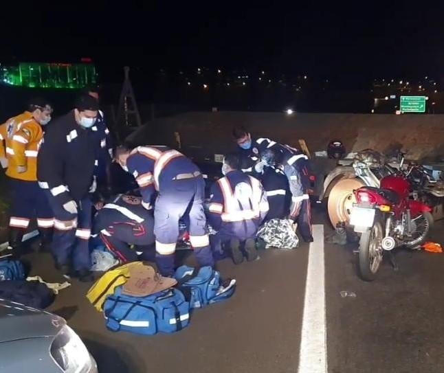 Acidente entre moto e carreta deixa ferido grave