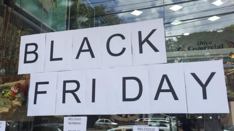 Comércio repleto de ofertas da Black Friday em Maringá