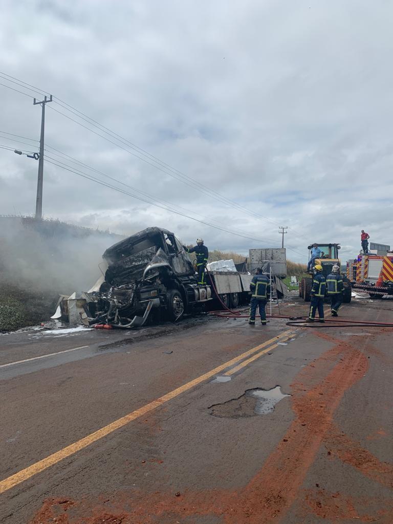 Motorista morre carbonizado em acidente entre três veículos em Iguaraçu