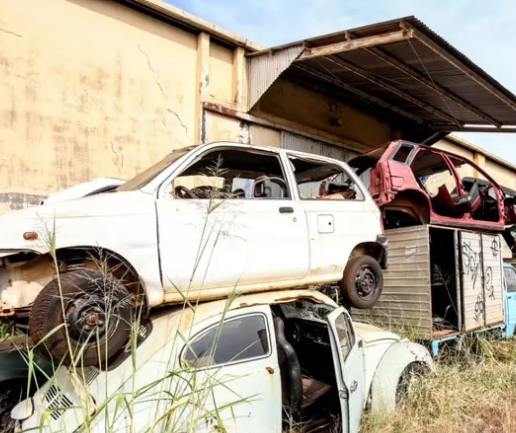 Carros abandonados nas ruas de Maringá viram 'montanha' de sucata