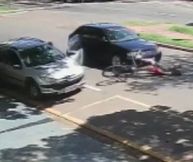 Motorista abre porta, ciclista cai e é atropelado em Maringá