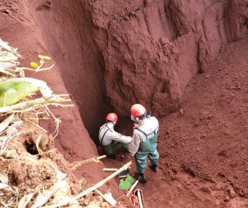 Bombeiros tentam retirar corpo de um poço de 20 metros de profundidade