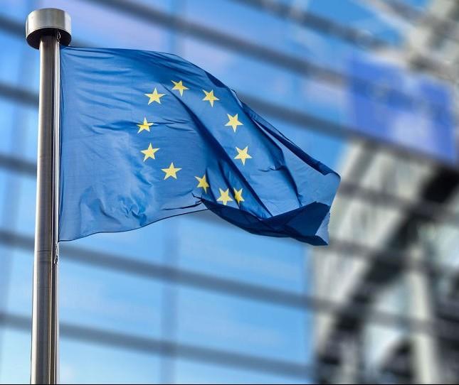 Europa tenta entrar na corrida por baterias de carros elétricos