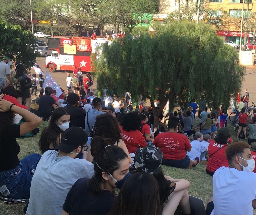 Em menor número, manifestantes contra Bolsonaro se concentraram no estacionamento do Willie Davids