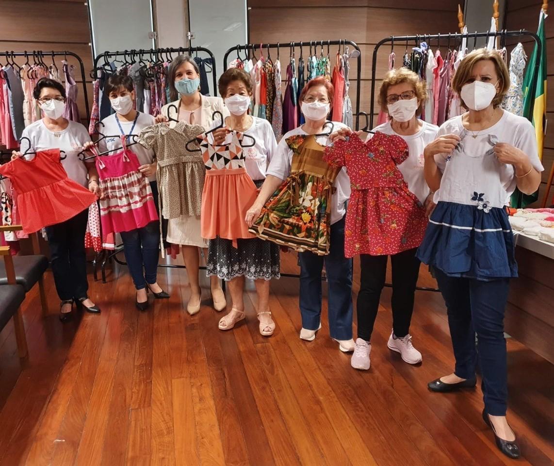 Em dois anos, voluntárias já entregaram mais de 1,5 mil vestidos para entidades assistenciais
