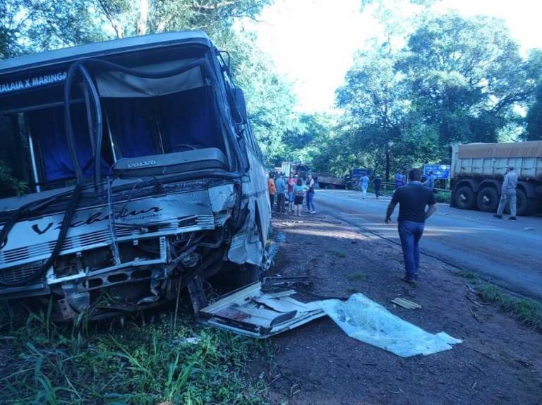 Colisão frontal entre caminhão e ônibus deixa feridos na região