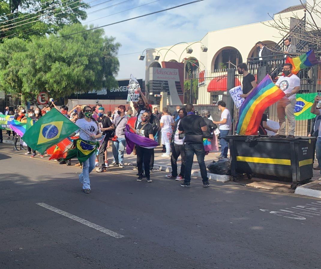 Grupos em defesa e contra acompanham votação de Conselho LGBT