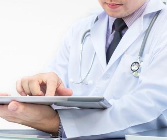HUM contrata médicos