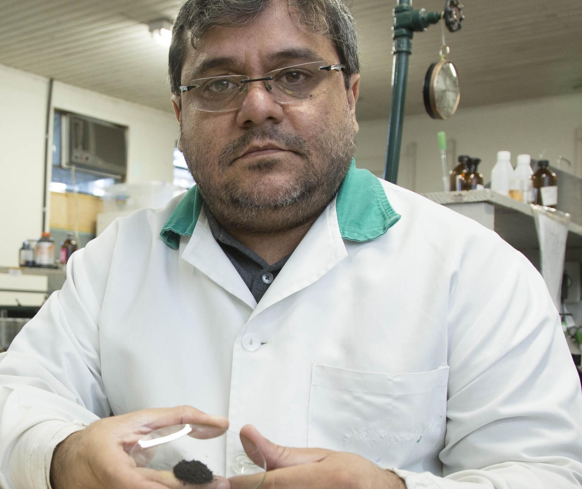 Pesquisa transforma bituca de cigarro em hidrocarvão, um produto que tem apelo comercial