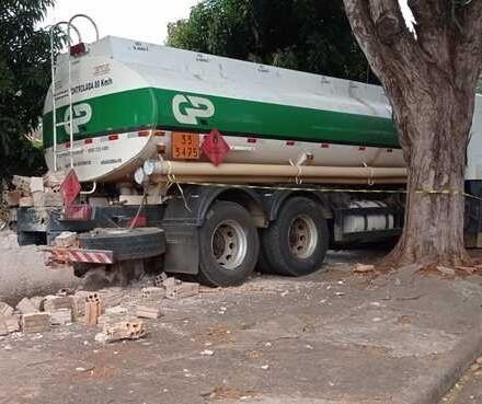 Motorista sofre infarto e caminhão atinge muro de casa em Maringá