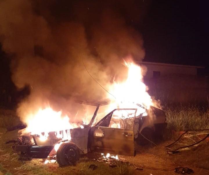 Após bater contra dois postes, motorista ateia fogo no próprio carro