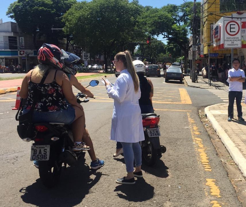 Motociclistas recebem orientação sobre os riscos de fraturas em face
