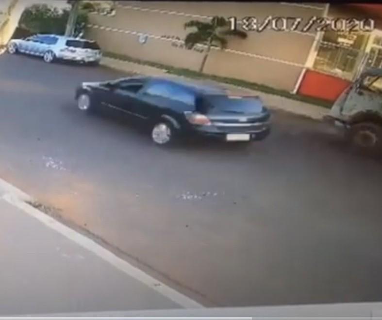Vídeo mostra carro capotando após bater em veículos estacionados