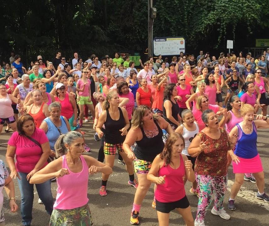Aulão de ritmos anima mulheres no Parque do Ingá