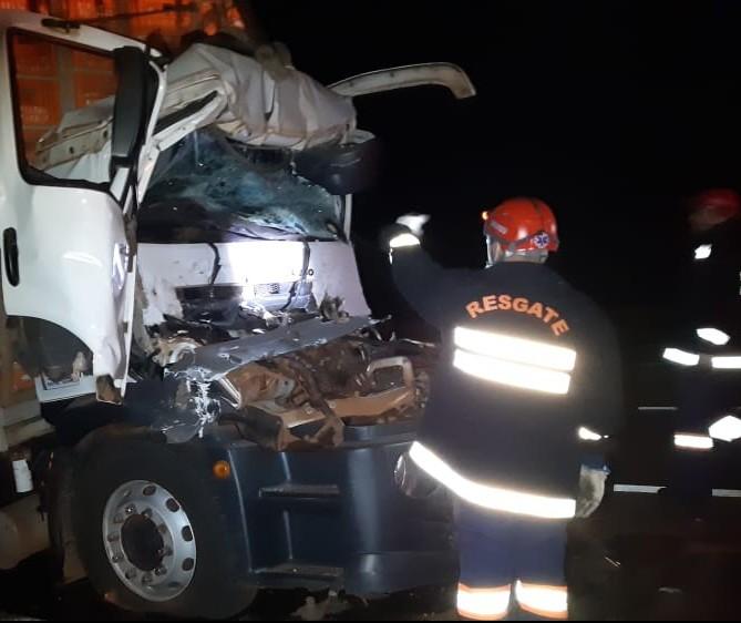 Homem morre em acidente envolvendo carreta e caminhão