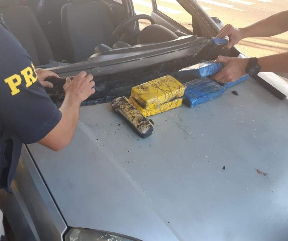 PRF encontra quase 8 quilos de drogas escondidos em painel de carro
