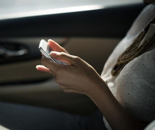 França proíbe uso de celulares dentro do carro parado no acostamento