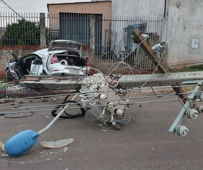 Carro derruba sete postes de energia elétrica em Maringá