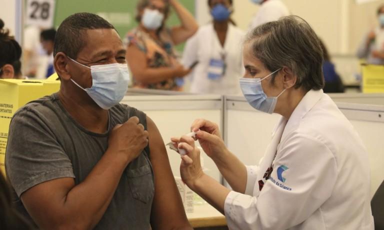 Quem fura a fila da vacina pode responder pelo crime de peculato