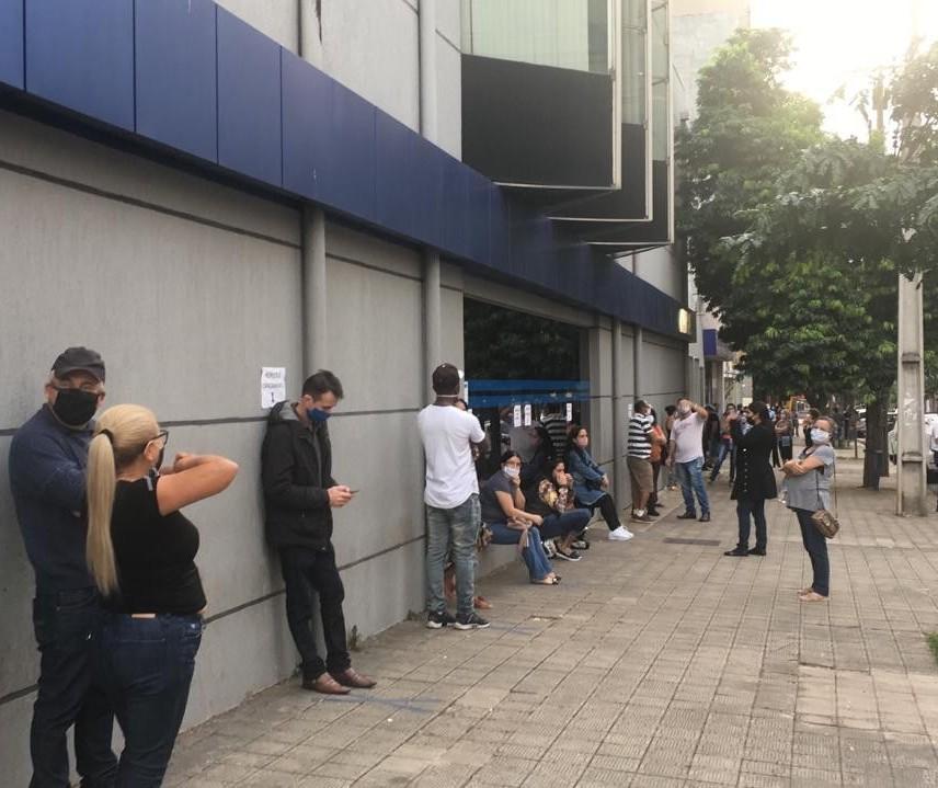 Caixa abre para pagar auxílio emergencial e agências têm filas enormes
