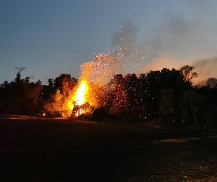 Incêndio atinge cemitério desativado e gera prejuízos na região