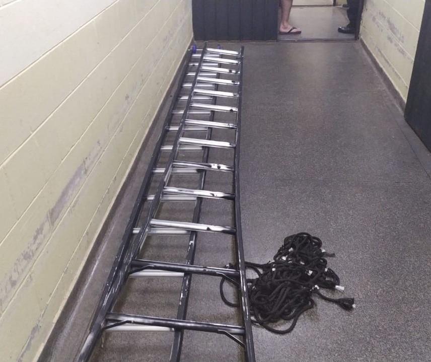 Usando uma escada, homem tenta jogar objetos no interior de uma penitenciária