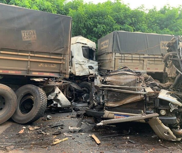 Acidente envolvendo caminhões deixa motorista gravemente ferido na região