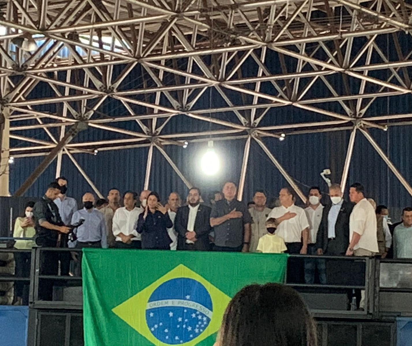 Em discurso rápido, Jair Bolsonaro fala para público em Maringá